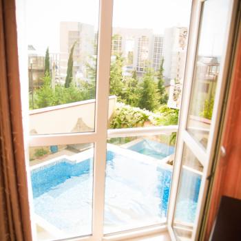 Снять жилье возле моря в Алуште на вилле Лазурная мелодия номер 22 вид из окна