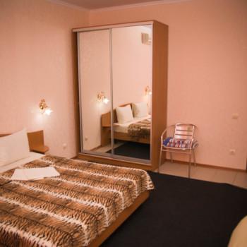 Снять жилье возле моря в Алуште на вилле Лазурная мелодия номер 22 кровать и шкаф