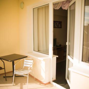 Снять жилье возле моря в Алуште на вилле Лазурная мелодия номер 23 балкон и стол