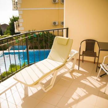 Снять жилье возле моря в Алуште на вилле Лазурная мелодия номер 23 балкон с бассейн