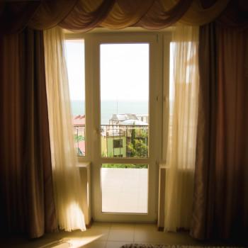 Снять жилье возле моря в Алуште на вилле Лазурная мелодия номер 31 вид из окна