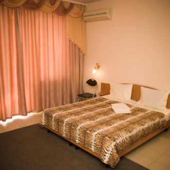 Снять жилье возле моря в Алуште на вилле Лазурная мелодия номер 31 кровать