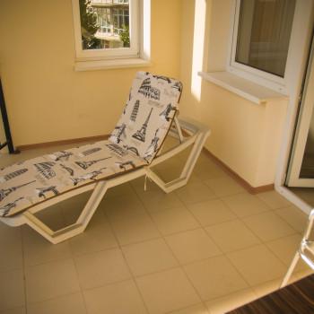 Снять жилье возле моря в Алуште на вилле Лазурная мелодия номер 31 шезлонг на балконе