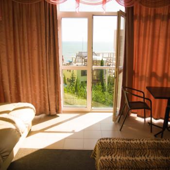 Снять жилье возле моря в Алуште на вилле Лазурная мелодия номер 32 вид из окна из номера