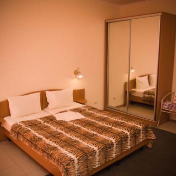 Снять жилье возле моря в Алуште на вилле Лазурная мелодия номер 32 кровать и шкаф