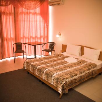 Снять жилье возле моря в Алуште на вилле Лазурная мелодия номер 32 кровать