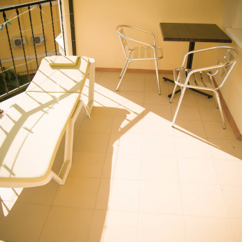 Снять жилье возле моря в Алуште на вилле Лазурная мелодия номер 33 балкон и шезлонг