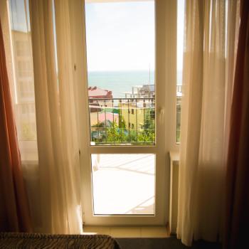 Снять жилье возле моря в Алуште на вилле Лазурная мелодия номер 33 вид из комнаты