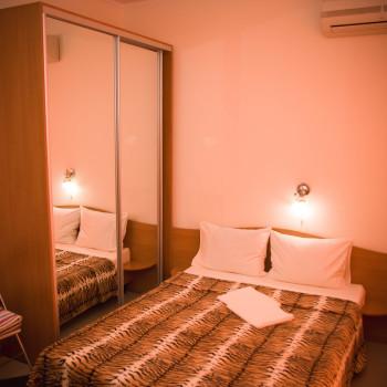 Снять жилье возле моря в Алуште на вилле Лазурная мелодия номер 33 кровать и шкаф