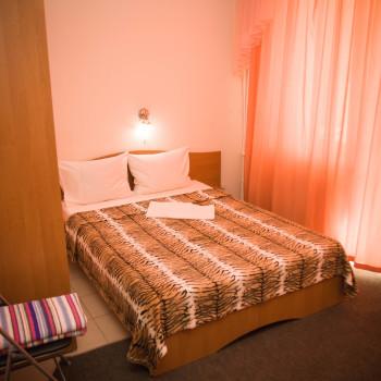 Снять жилье возле моря в Алуште на вилле Лазурная мелодия номер 33 кровать