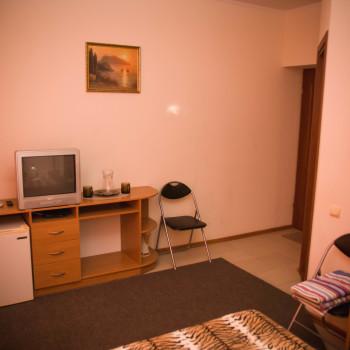 Снять жилье возле моря в Алуште на вилле Лазурная мелодия номер 33 телевизор и стол