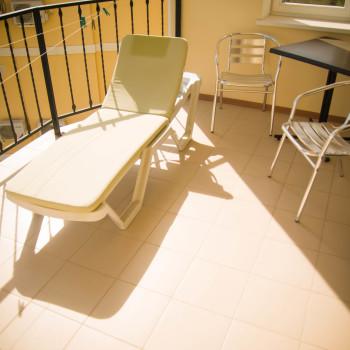 Снять жилье возле моря в Алуште на вилле Лазурная мелодия номер 41 балкон с шезлонгом и столом