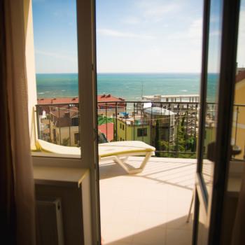 Снять жилье возле моря в Алуште на вилле Лазурная мелодия номер 41 вид из номера на море