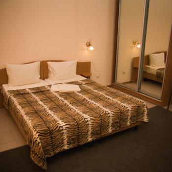 Снять жилье возле моря в Алуште на вилле Лазурная мелодия номер 41 кровать и шкаф