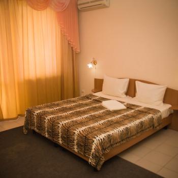 Снять жилье возле моря в Алуште на вилле Лазурная мелодия номер 41 кровать