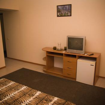 Снять жилье возле моря в Алуште на вилле Лазурная мелодия номер 41 стол с телевизором