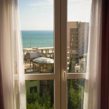 Снять жилье возле моря в Алуште на вилле Лазурная мелодия номер 42 вид из окна