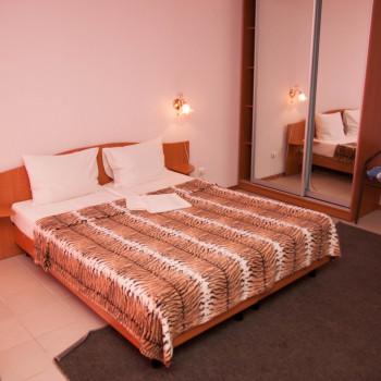 Снять жилье возле моря в Алуште на вилле Лазурная мелодия номер 42 кровать и шкаф 2
