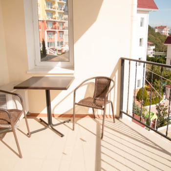 Снять жилье возле моря в Алуште на вилле Лазурная мелодия номер 43 балкон и стол 2
