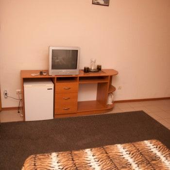Снять жилье возле моря в Алуште на вилле Лазурная мелодия номер 43 стол и тв 2