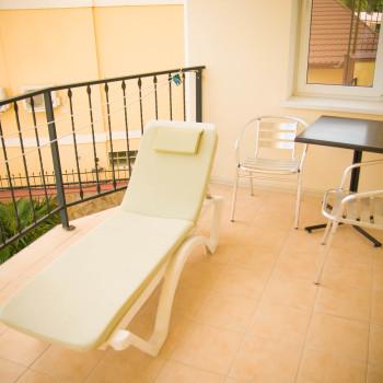 Снять жилье возле моря в Алуште на вилле Лазурная мелодия номер 21 балкон и столик