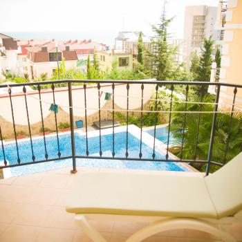 Снять жилье возле моря в Алуште на вилле Лазурная мелодия номер 21 балкон с видом на море
