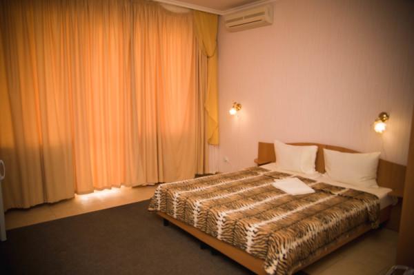 Снять жилье возле моря в Алуште на вилле Лазурная мелодия номер 21 кровать и окно