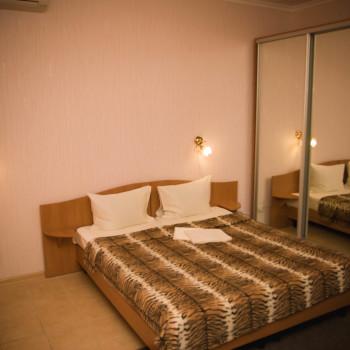 Снять жилье возле моря в Алуште на вилле Лазурная мелодия номер 21-кровать и шкаф