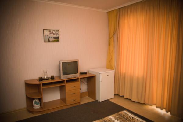 Снять жилье возле моря в Алуште на вилле Лазурная мелодия номер 21 телевизор и холодильник